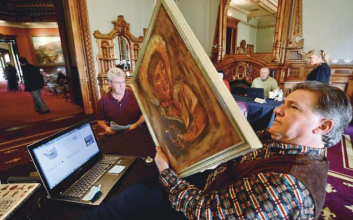 Crowds flock to get antiques appraised - The Hour